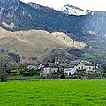 Le village d'Athas au pied des montagnes...