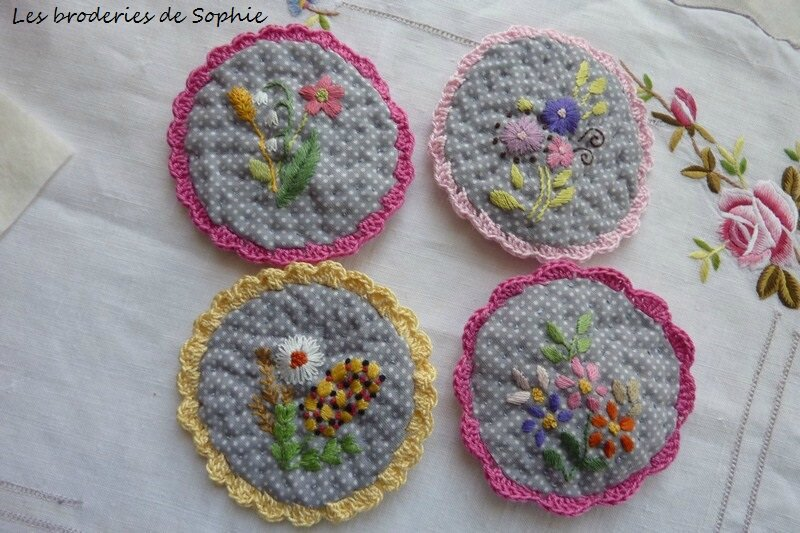 Broches brodées (12)