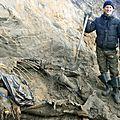 Un enfant découvre un <b>mammouth</b> dans la toundra