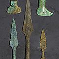 Un petit poignard, deux <b>haches</b> pédiformes, et deux pointes de lances, Vietnam, culture de Đông Sơn, 3°-1° siècle BCE