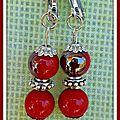 Avec des perles rouges