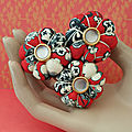 ♥ <b>MISAKI</b> ♥ Broche en tissu fleuri noir rouge et blanc aux 3 fleurs sakura