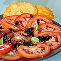 Salade de tomates, concassé d'olives noires et chips de parmesan
