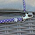 Pochette swarovski gris biais violet détail