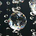 Détail de lustre design de type fontaine de lumière à pampilles de cristal