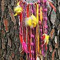 capteur de rêve yurtao à dentelle, laine rouge et plumes jaunes