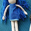 Petite robe bleue de poupée au crochet