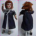 Vêtements de poupées : une robe chic-et-sage