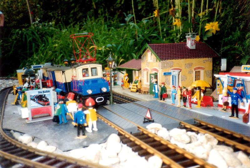 Arrivée de l'Express des Neiges (2030) dans la gare de Villefort. (été 90)