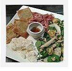 Assiette des montagnes : salade poire-noix, tourtons, brousse et jambon de pays