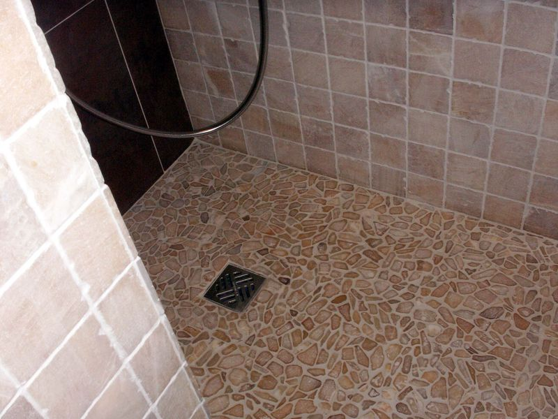 Douche à l\'italienne avec galets - Photo de \