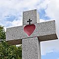 Coup de peinture sur la croix de <b>Louis</b> <b>XVI</b> aux Alouettes