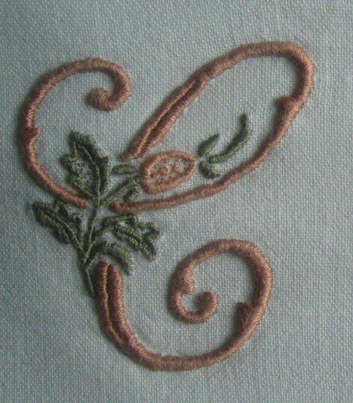 C à la rose sur taie d'oreiller, 6 cm de haut