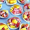 Tartare mangue-saumon sur chips de crevettes