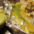 Papillotes de bar aux poireaux, beurre d'épices et flans courgette, asperges vertes