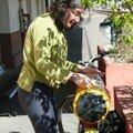 Nath recharge le vélo à Arles