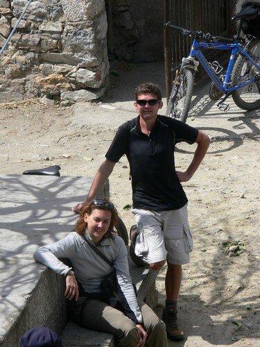 Moi et Celine, pause dans un village