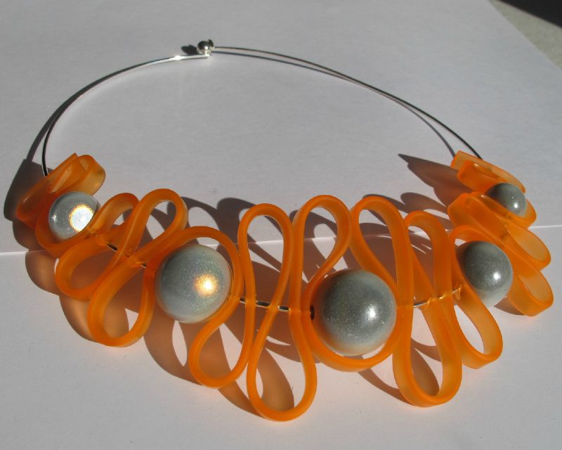 collier sangle orange perles blanches