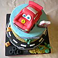Un gâteau Cars avec voiture <b>Flash</b> <b>Mcqueen</b> (pâte à sucre)