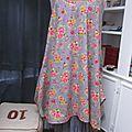 Robe EUPHRASIE en coton gris imprimé fleur et oiseaux rose vert et jaune (2)