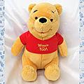 Doudou Peluche Ours Winnie Assis <b>T</b>-<b>shirt</b> Rouge Winnie the Pooh Disney Nicotoy 23 cm