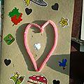 Devant de la carte : chenille collée en coeur