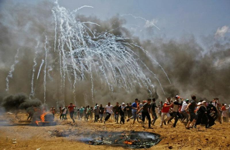 1121439-des-manifestants-palestiniens-courent-pour-echapper-aux-gaz-lacrymogenes-lors-d-affrontements-avec-l