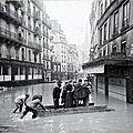 Un bac improvisé pendant les inondations de 1910