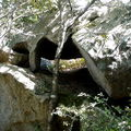 Abris sous roche surélevé et naturel, enceinte murée