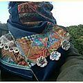 Un velours bleu et deux écharpes très différentes