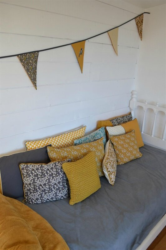 une housse de coussin tricot en coton moutarde vent de. Black Bedroom Furniture Sets. Home Design Ideas