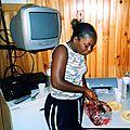 L'animatrice Cyntia prépare le jambon de noël en 2004