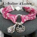 Ce bracelet liberty motif bandana rose fuschia et <b>breloques</b> mouchoir <b>à</b> l'ancienne et <b>sac</b> <b>à</b> <b>main</b> est très gai !