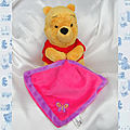 Doudou Peluche Winnie L'Ourson <b>Assis</b> Couverture Rose Et Violet Papillon Nicotoy Disney