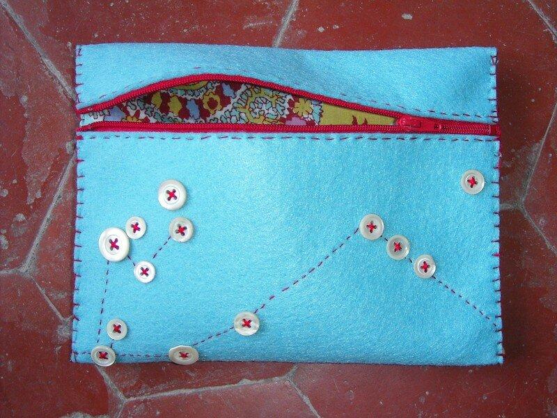 Pochette feutrine et bouton turquoise