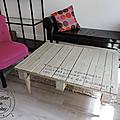 Une palette en bois détournée en table de salon