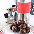 Energy balls ou balles énergétiques pruneau, chocolat et amande
