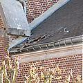La toiture au-dessus de l'entrée latérale de l'Eglise