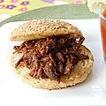 Burger à l'effiloché de boeuf barbecue, sans gluten et sans lactose