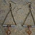 Boucles d'oreilles de forme triangulaires avec chaîne bronze, perles cuivrées et dorées