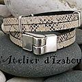 Un tantinet masculin, ce <b>bracelet</b> <b>double</b> tour et <b>double</b> <b>rang</b> cuir serpent blanc, noir est agrémenté de passants fin !