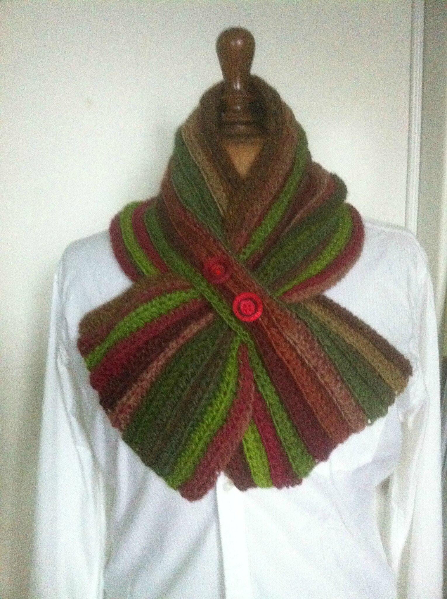 """une écharpe courte en vente sur ma boutique """"aiguilletine et crochetine"""" alittlemarket.com"""