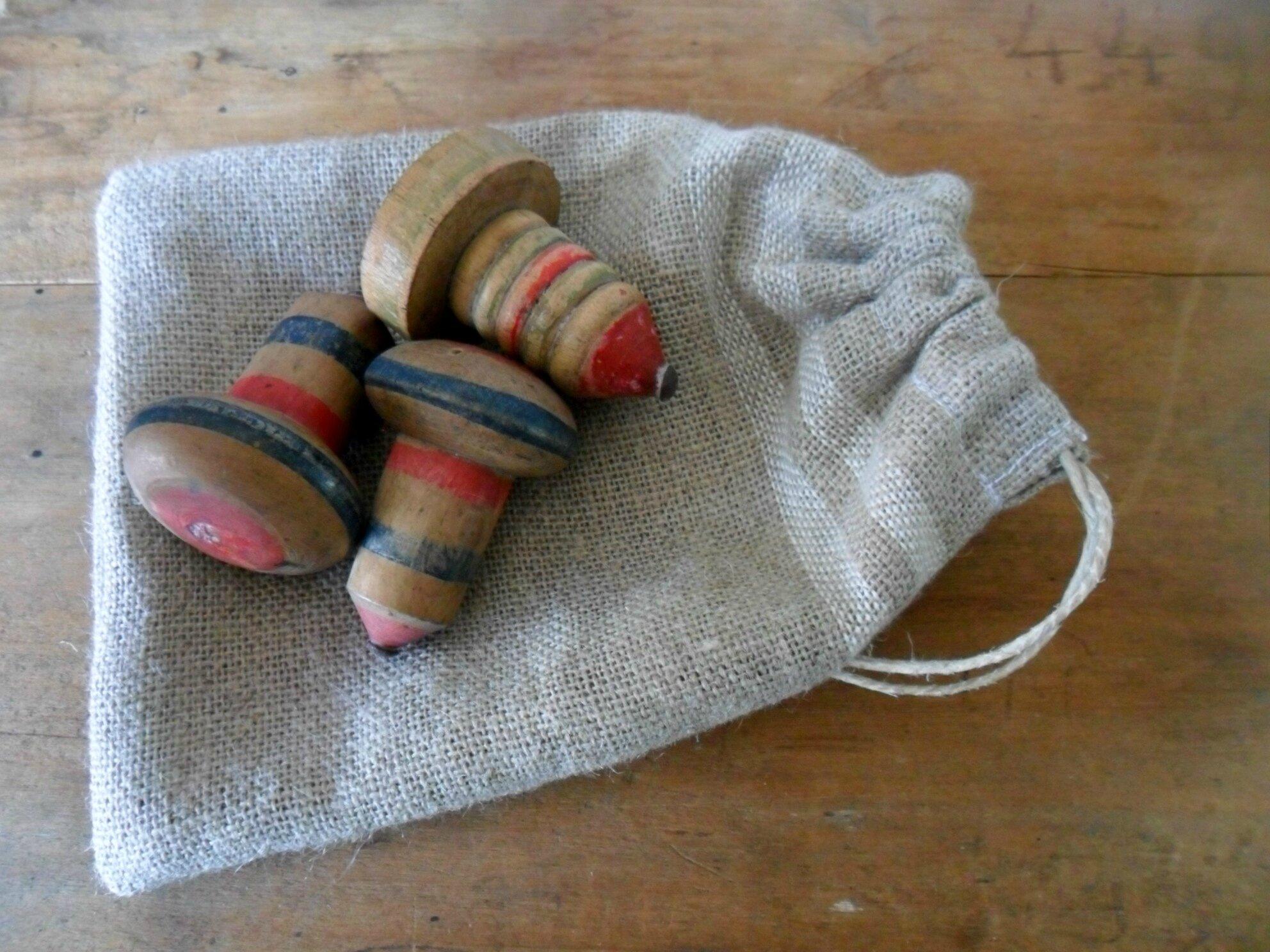 lot de 3 toupies anciennes en bois peintes, vendues avec leur sac en lin (neuf), port offert, 25€