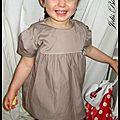 Une petite blouse pour une jolie brunette