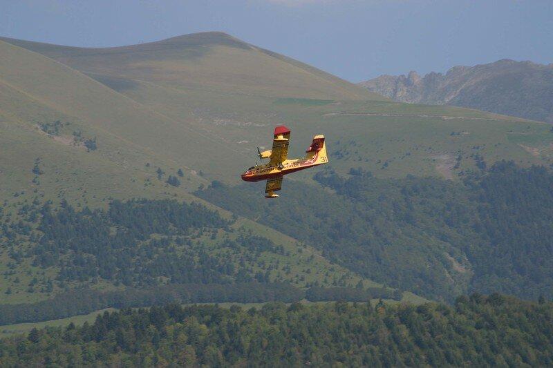 Canadair en exercice, en arrière plan : le Pérollier