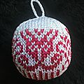 Boule de Noël au tricot Modèle (gratuit, en norvégien): http://www.ravelry.com/patterns/library/julekulekalender-2016