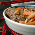 Boeuf sauté aux petits légumes et nouilles chinoises
