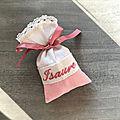 Pour isaure, un sachet base rose, la broderie et le ruban vieux rose et la bordure en dentelle