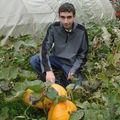 2008 09 18 Cyril devant ses plus gros potirons atlantic giant