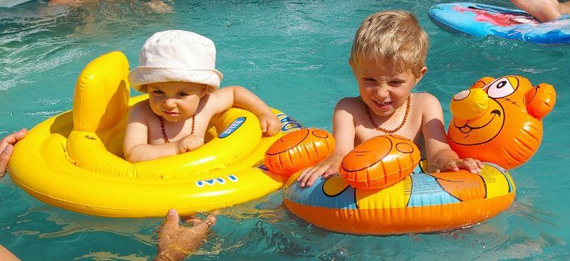 Oscar et Meo dans la piscine